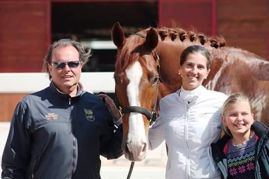 Foto familiar, Vanesa su marido Fede Borreda y su hija Lucia. Con ellos su caballo CE
